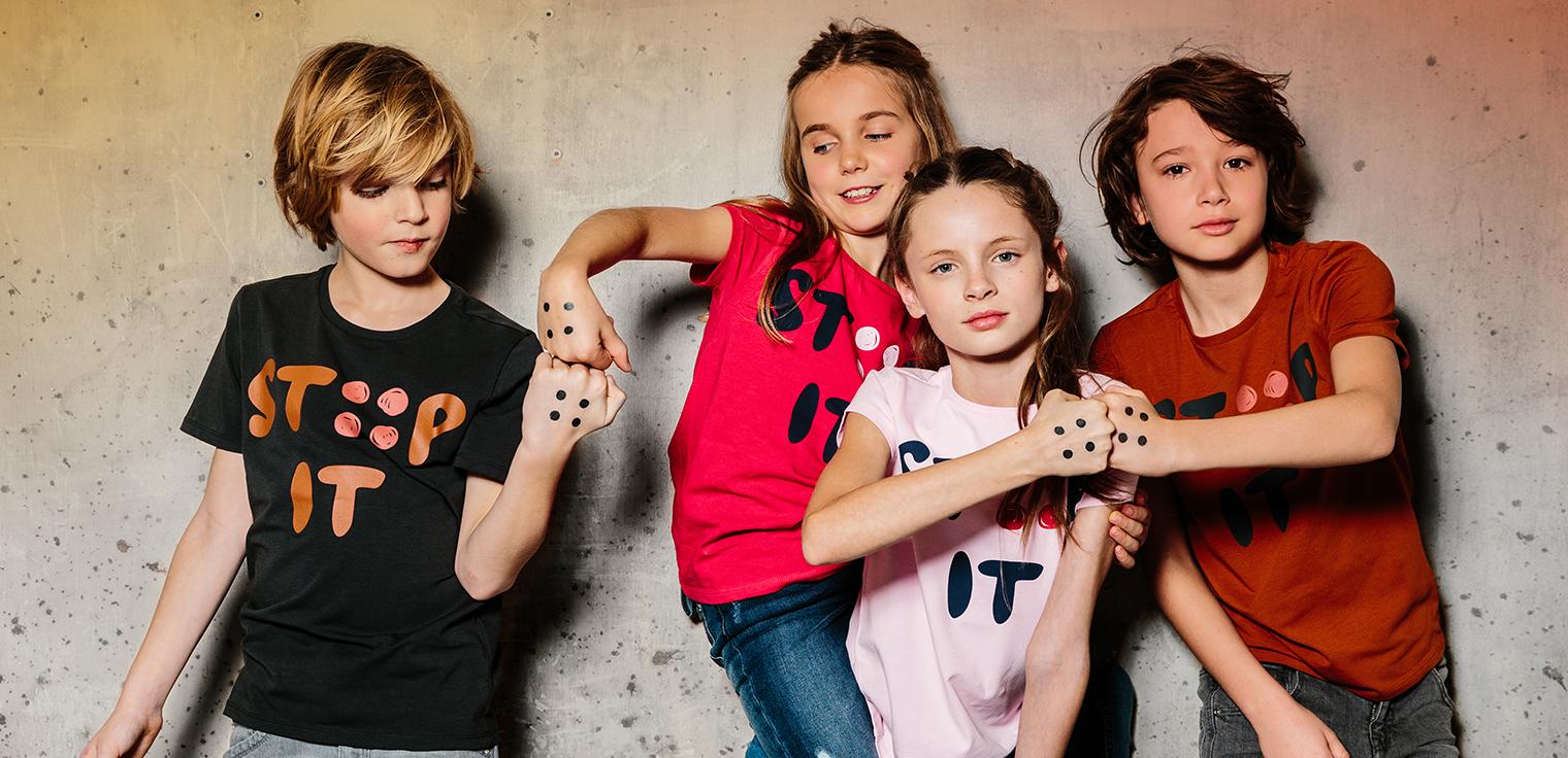 JBC en Ketnet hebben de 4 stippen op 4 T-shirts verwerkt om dé Move tegen pesten te ondersteunen! STIP jij mee?
