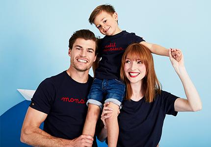 Soyez les vedettes des vacances d'été grâce à vos t-shirts assortis bleu marine et rouges. Montrez à tout le monde que ce petit monsieur est votre enfant !
