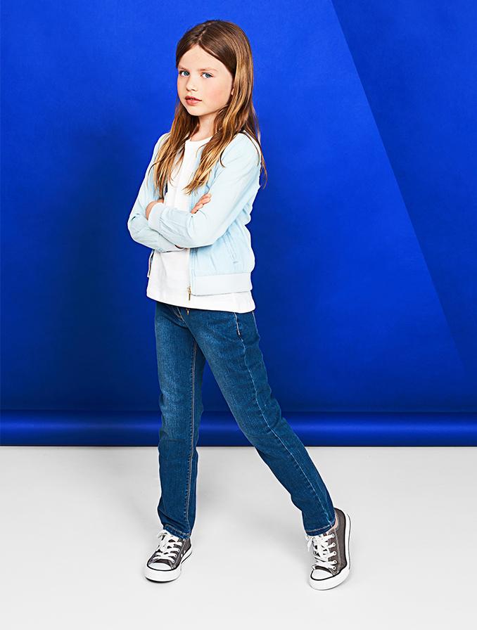 Le jean straight pour fille : un basique de tous les jours.