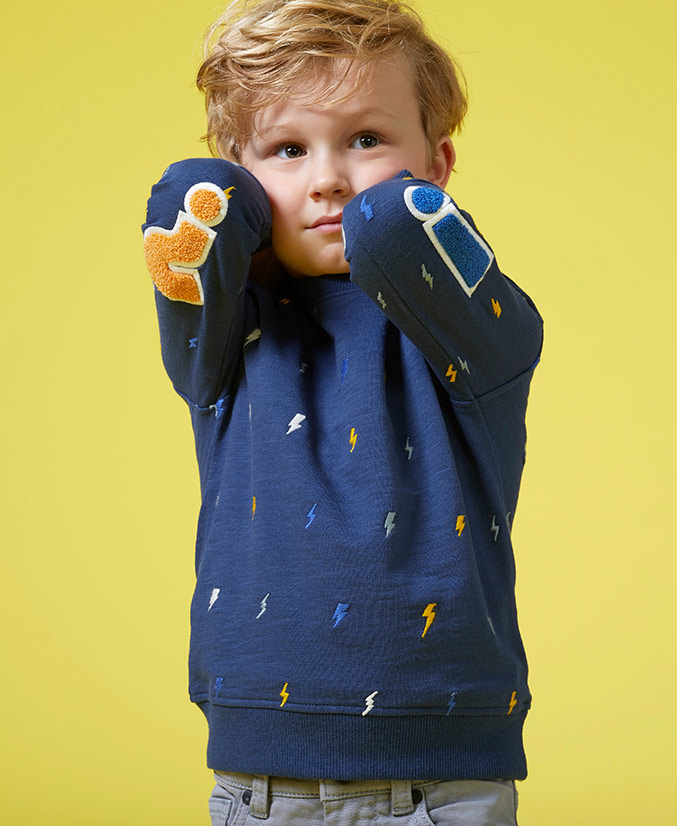 Donkerblauwe sweater met bliksemprint