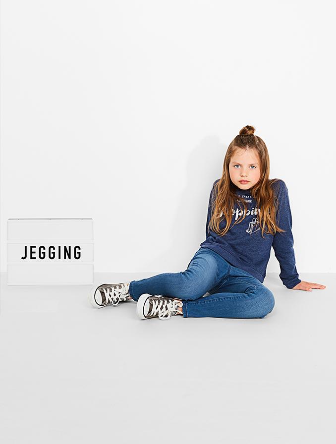 Jegging voor meisjes: door de stretch voelt hij aan als een zachte legging maar dan met het ruwere uitzicht van een jeans.