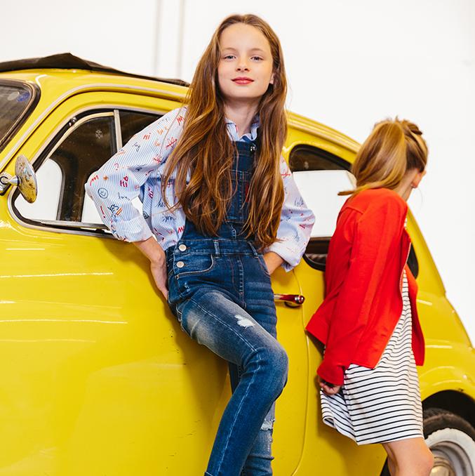 Collectie meisjes: jurk met streepjes en rode vest.