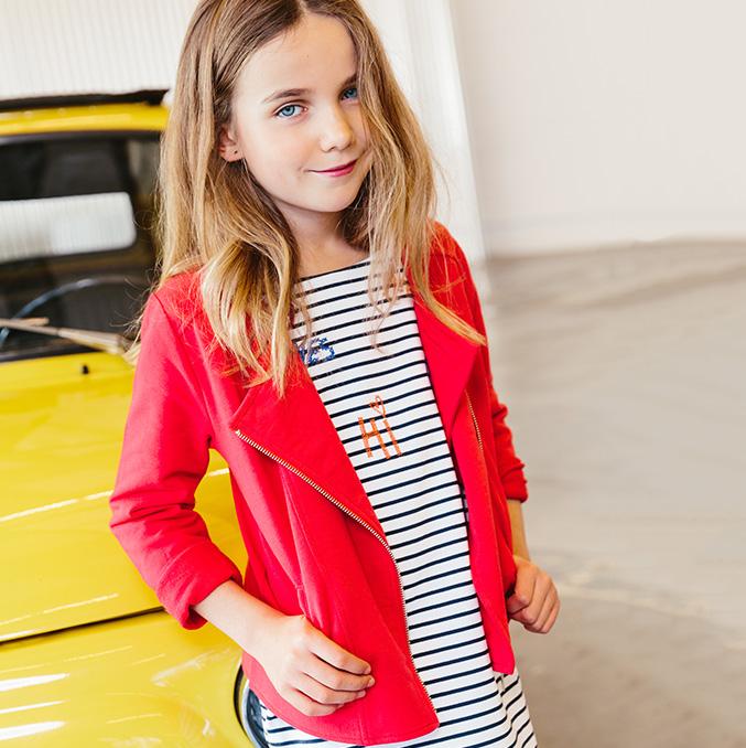 Collection filles: robe à rayures et veste rouge.