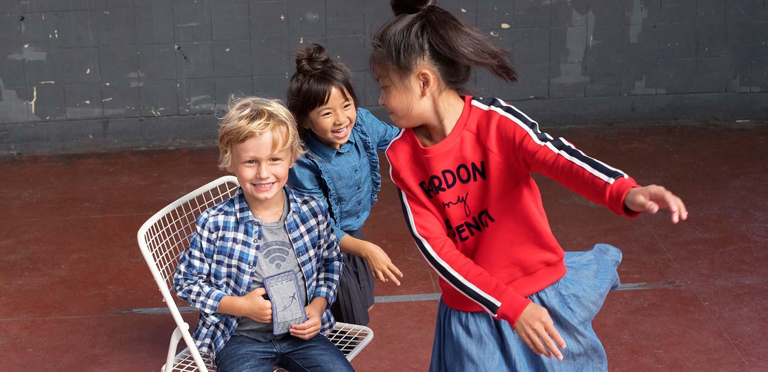 Commence l'année scolaire du bon pied avec de nouvelles tenues. Robes, jupes, fournitures scolaires pour les filles.