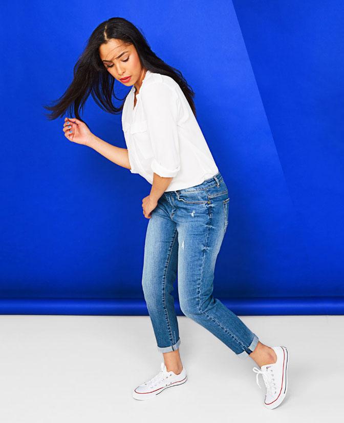 Girlfriend jeans voor dames: door de hogere taille en smalle pijpen flatteert de girlfriend jeans een stuk meer dan de mannelijke tegenhanger.
