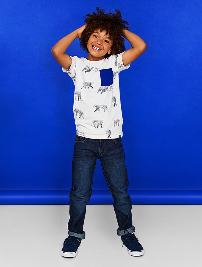 Straight fit voor jongens: de rechte pijpen vallen lekker los om de benen: beweeglijkheid en comfort verzekerd.