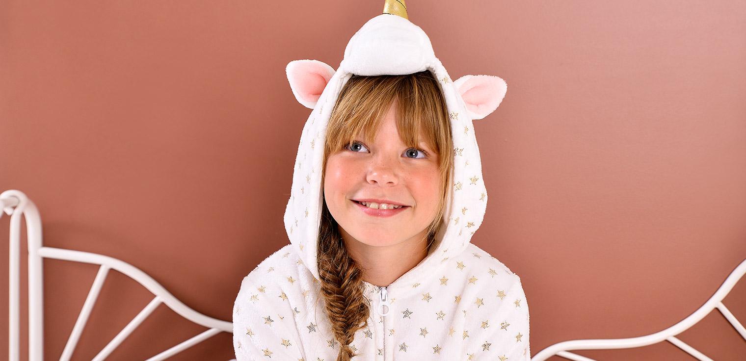 Ontdek de nieuwe pyjama's en onesies voor kinderen.