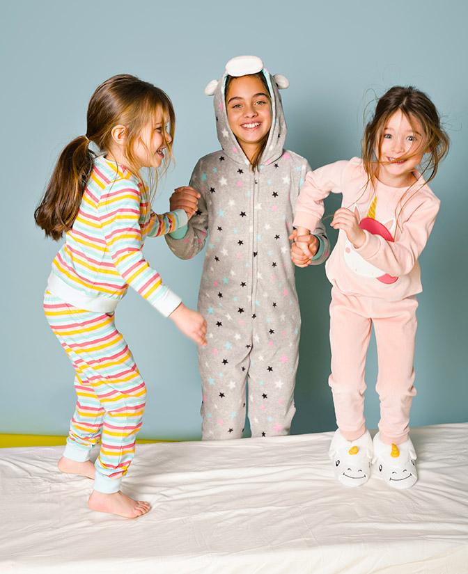 Springen op bed? Kussengevecht? Eerst je onesie of pyjama aan!