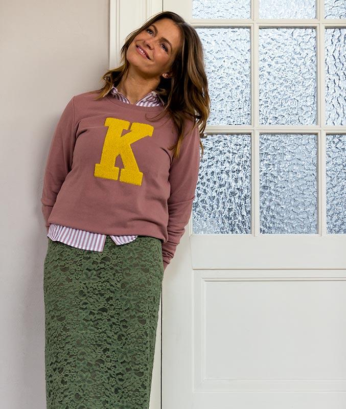 Sweater in het roze met de letter K in het geel